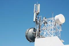 Ripetitore dell'antenna di comunicazione montato su una costruzione fotografie stock