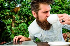 Ripetitore della caffeina per produttività Redattore indipendente di blogger Stereotipo di stakanovista Lavoro del caffè della be fotografie stock