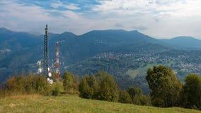 Ripetitore delle antenne di Ethernet sopra il paese della montagna immagini stock libere da diritti