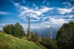 Ripetitore delle antenne di Ethernet sulle colline fotografie stock