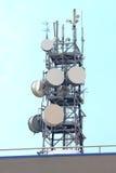 Ripetitore ed antenne sul cielo fotografia stock