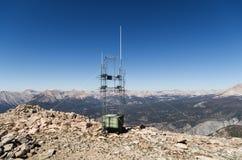 Ripetitore radiofonico superiore della montagna Fotografie Stock