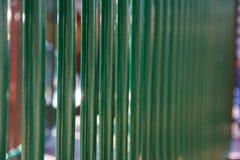 Ripetizione dei pali verdi in un recinto fotografia stock libera da diritti