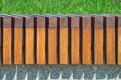 Ripetizione della struttura delle barre di legno Banco moderno di architettura nel parco della città immagine stock libera da diritti