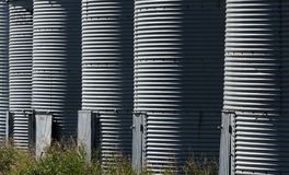 Ripetizione delle costole nei recipienti del grano su un'azienda agricola fotografie stock libere da diritti