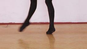 Ripetizione di ballo vicino alla sbarra di balletto stock footage