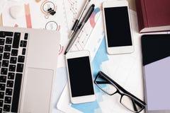 Ripiano del tavolo dell'ufficio con gli apparecchi elettronici fotografie stock libere da diritti