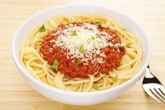 Ripiano del tavolo italiano di Bolognese degli spaghetti della pasta dell'alimento Fotografia Stock