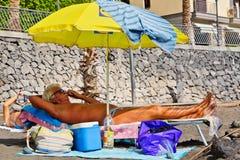 Riposando alla spiaggia Fotografia Stock Libera da Diritti