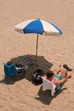 Riposando alla spiaggia Immagine Stock