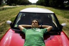 Riposando su un'automobile Fotografie Stock Libere da Diritti
