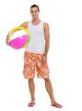 Riposando sull'uomo di vacanza con la sfera di spiaggia Fotografia Stock