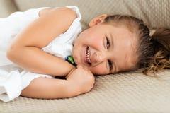 Riposarsi di risata della bambina Fotografia Stock