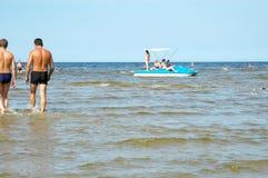 Riposi in Jurmala sulla banca del golfo di Riga Fotografie Stock