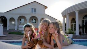 Riposi in Poolside dei bambini dei genitori ricchi, festa dei bambini della celebrità in piscina, archivi video