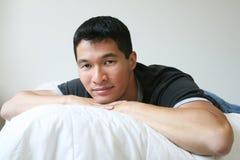 Riposo asiatico bello dell'uomo immagini stock libere da diritti