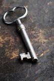 Riposo chiave sulla copertina di libro dura di cuoio vecchia. Fotografie Stock