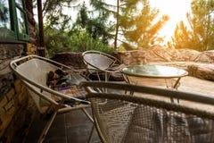 Riposo d'angolo con la sedia di legno e la luce solare Immagine Stock