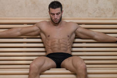 Riposo dell'uomo rilassato nella sauna calda Fotografia Stock