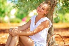 Riposo della ragazza dell'agricoltore Fotografia Stock