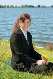 Riposo della signora di affari esterno Fotografia Stock Libera da Diritti