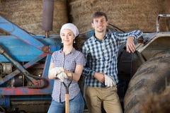 Riposo delle lavoratrici agricole e dell'uomo Immagine Stock Libera da Diritti