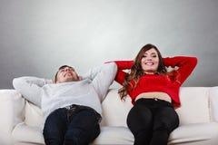 Riposo di rilassamento delle coppie felici sullo strato a casa Fotografie Stock