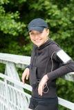 Riposo felice della giovane donna dopo lo sport di allenamento Fotografie Stock Libere da Diritti