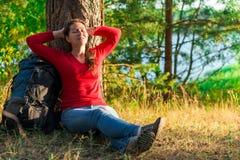 Riposo forte stancato di viaggiatore con zaino e sacco a pelo fotografie stock