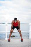 Riposo maschio nero motivato del corridore Immagine Stock