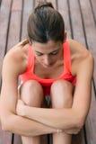Riposo stanco della donna di forma fisica Fotografie Stock