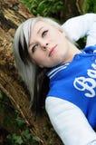 Riposo teenager sull'albero Fotografie Stock