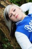Riposo teenager sull'albero Fotografie Stock Libere da Diritti