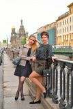 Riposo turistico femminile al portone del canale di Griboyedov emban immagini stock