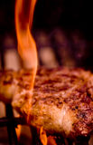 Rippe-Augen-Steak auf einem offenen Feuer Lizenzfreie Stockbilder