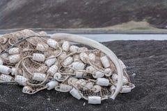 Rippe eines Wals liegt auf Fischernetz mit Flößen Stockbilder