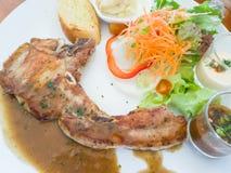 Rippensteak mit Salat und Soße Stockfoto