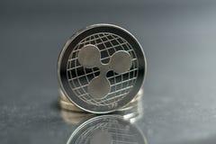 ripple a moeda de prata da moeda cripto do xrp, tiro macro da moeda da ondinha isolado no fundo, cortou a tecnologia de Blockchai foto de stock