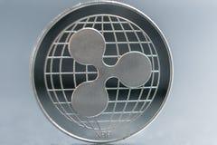 ripple a moeda de prata da moeda cripto do xrp, tiro macro da moeda da ondinha isolado no fundo, cortou a tecnologia de Blockchai foto de stock royalty free