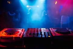 Ripresa esterna e miscelatore DJ per musica nel night-club Immagini Stock