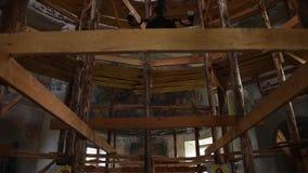 Ripristino della chiesa per mezzo dell'armatura di legno stock footage