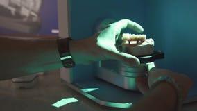 ripristino modellante digitale dentario 3D L'attrezzatura alta tecnologia del dentista sul lavoro Eliminando modello fatto a mano stock footage