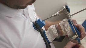 Ripristino prostetico dentario Il Denturist sta provando l'occlusione mentre scolpiva la protesi dentaria video d archivio