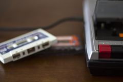 Riproduttore audio d'annata della cassetta con gli audio nastri a cassetta dal lato Fotografia Stock Libera da Diritti