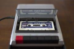 Riproduttore audio della cassetta di VVintage con il nastro a cassetta inglese di lezioni dentro Immagine Stock
