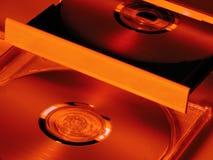 Riproduttore di CD con un primo piano di due CD Immagini Stock Libere da Diritti