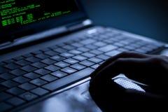 Riprogrammatore che ruba i dati da un computer portatile Immagine Stock