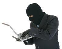 Riprogrammatore di calcolatore - criminale con il computer portatile Fotografie Stock Libere da Diritti