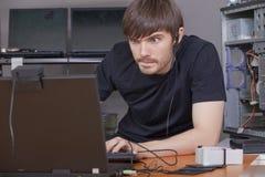 Riprogrammatore di calcolatore sul lavoro fotografie stock