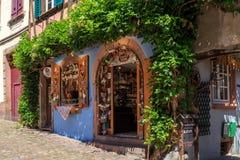 RIQUEWIHR,法国- 2017年7月17日:有传统五颜六色的房子的美丽如画的街道在阿尔萨斯酒路线的Riquewihr村庄 免版税图库摄影